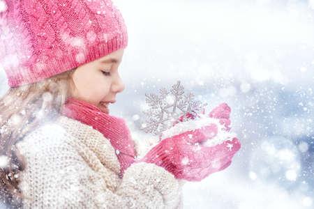 caras felices: Muchacha feliz del ni�o que juega en un paseo de invierno en la naturaleza