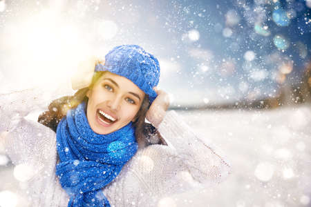 invierno: Mujer joven feliz en un paseo de invierno en la naturaleza.