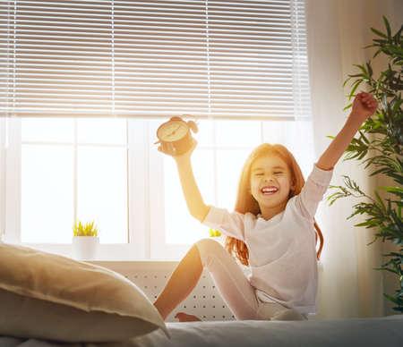 despertarse: una linda chica disfruta mañana de sol