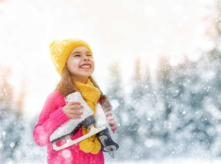 patinaje sobre hielo: la niña linda que va de patinaje al aire libre