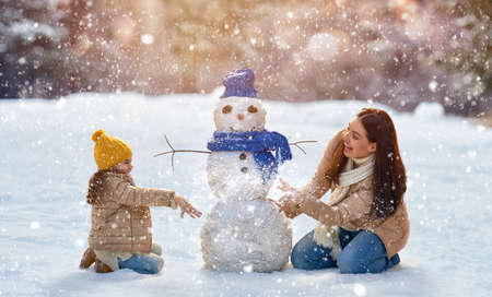 Szczęśliwa rodzina! Matka i dziecko na spacer zimą w naturze.