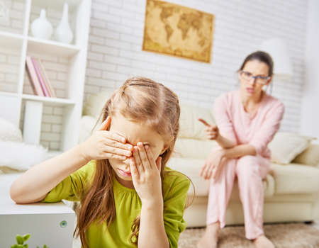 children: Мать ругает своего ребенка девушка. Фото со стока