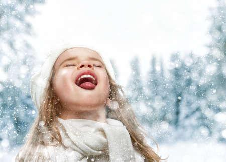 niños sonriendo: niña feliz niño plaing en un paseo de invierno cubierto de nieve Foto de archivo