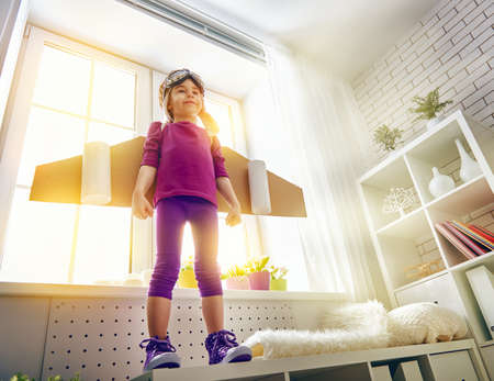 niño juega en un traje de astronauta y sueños de convertirse en un hombre del espacio.
