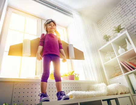 imaginacion: niño juega en un traje de astronauta y sueños de convertirse en un hombre del espacio.