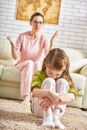 conflictos sociales: madre regaña a su hija menor.