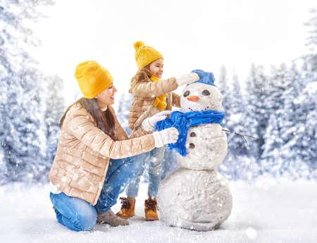 niños felices: ¡Familia feliz! Madre y niña en un paseo de invierno en la naturaleza. Foto de archivo