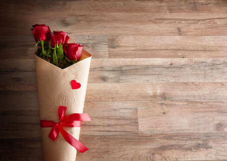 rosas rojas: rosas rojas en el fondo de madera.