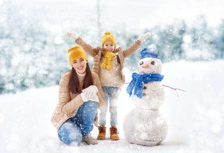 family happy: ¡Familia feliz! Madre y niña en un paseo de invierno en la naturaleza. Foto de archivo