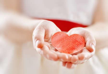 Feier: Süßes Kind Mädchen mit roten Herzen. Kinderhände halten rote Papier Herz. Hochzeit, Valentine Konzept. Lizenzfreie Bilder