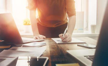 profesiones: Cierre de la firma de documentos mujer de negocios. Foto de archivo