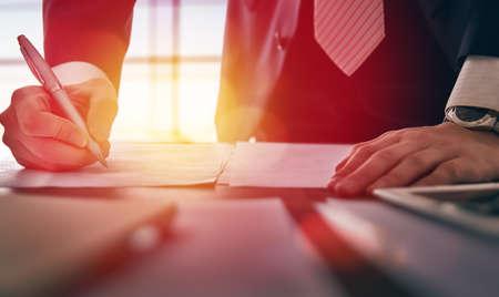 hombre de negocios: Cierre de negocios la firma de documentos.