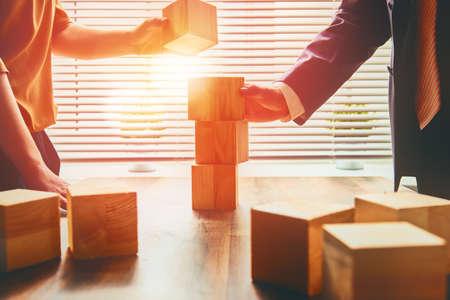 building: dos personas de negocios planean un proyecto