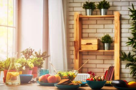 균형 잡힌 식사, 요리, 요리, 음식 개념. 식당에서 나무 테이블에 가족 저녁 식사를위한 음식.