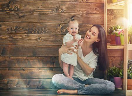 Gelukkig liefdevolle familie. Moeder en haar kind babymeisje spelen in de zomer dag.