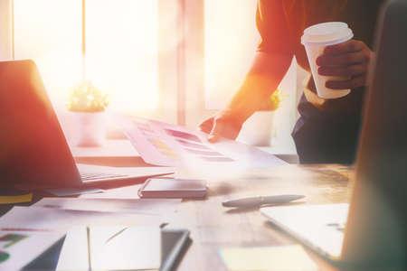 Close up Business-Frau Signieren von Dokumenten. Standard-Bild