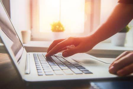 usando computadora: Mujer de negocios que trabaja en la oficina con el ordenador portátil
