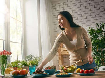 une jeune femme prépare le dîner de famille. Banque d'images