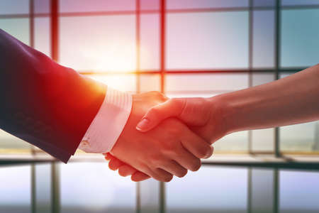 negociacion: apret�n de manos de hombres de negocios. el concepto de �xito de las negociaciones. Foto de archivo