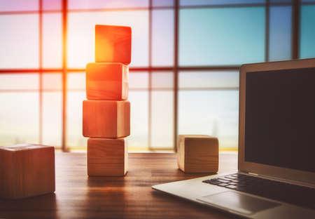 비즈니스에서 계획의 개념입니다. 나무 큐브 및 사무실에서 책상에 컴퓨터.