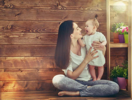 Bonne famille aimante. Mère et son bébé enfant fille jouant dans la journée d'été.