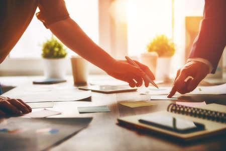 contabilidad: jornada de trabajo en la oficina. dos hombres de negocios en el trabajo.