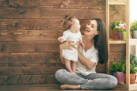 mignonne petite fille: Bonne famille aimante. M�re et son b�b� enfant fille jouant dans la journ�e d'�t�.