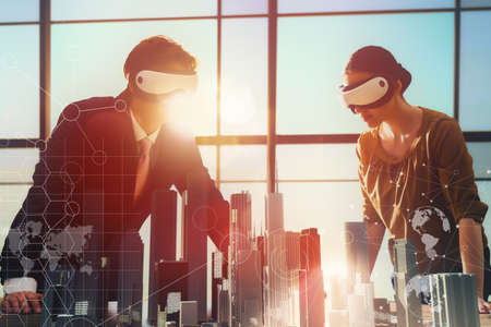 技术: 兩個業務人員在開發利用虛擬現實護目鏡的項目。的未來的技術概念 版權商用圖片
