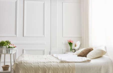 #54061320   Schlafzimmer In Sanften, Hellen Farben. Großes, Bequemes  Doppelbett Im Eleganten Klassischen Schlafzimmer