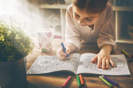Criança pintar um livro de colorir. aliviando a tendência nova stress. Conceito mindfulness, relaxamento. Imagens