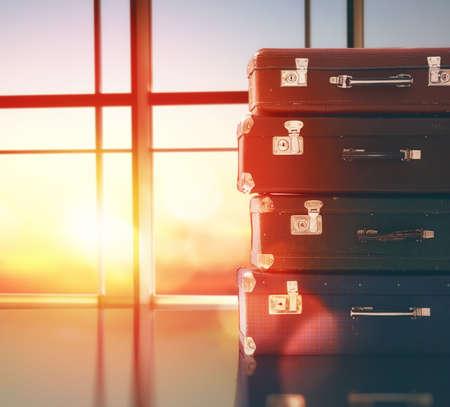 el concepto de viajes y vacaciones. maletas contra la ventana y las puestas de sol