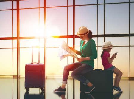 Gelukkige familie met koffers in de luchthaven. Stockfoto - 55146446