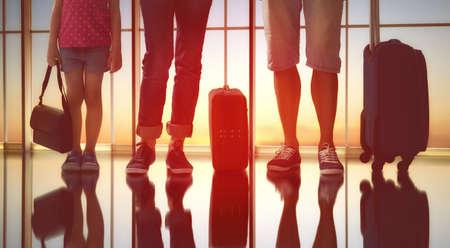 femme valise: Famille heureuse avec des valises à l'aéroport.