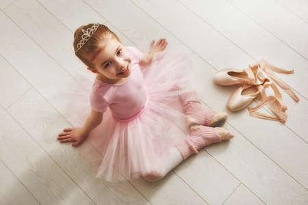 Jolie petite fille rêves de devenir une ballerine. fille de l'enfant dans une danse de tutu rose dans une chambre. Baby girl étudie le ballet. Banque d'images - 55146755
