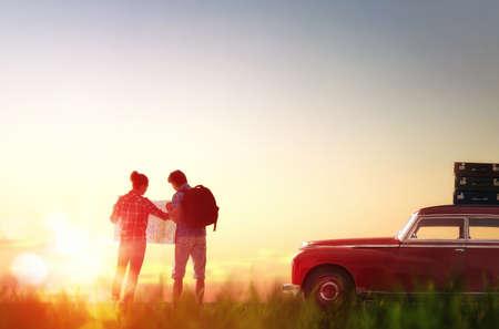 route: Vers l'aventure! L'homme et la femme jouissant de voyage sur la route. Couple cherche un itinéraire sur la carte. Banque d'images