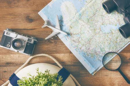冒険に行く!マップと木製のテーブルの上のカメラ。平面図です。