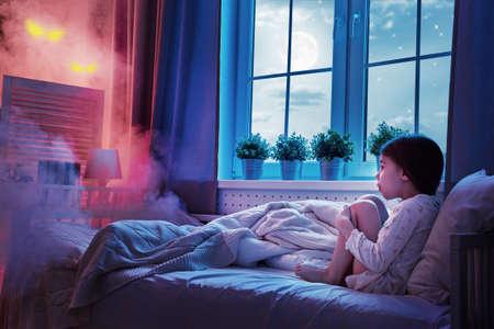 Incubo per i bambini. La bambina bambino ha paura dei mostri nel buio della notte. Archivio Fotografico