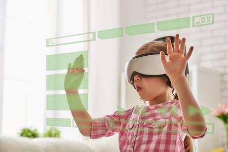 Nettes kleines Kind Mädchen spielen Spiel in der virtuellen Realität Gläser.