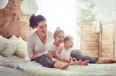 幸せな愛情のある家族。母と彼女の娘の子供女の子再生と抱き締めます。 写真素材