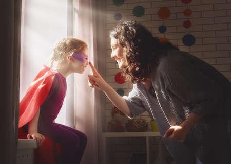 família amorosa feliz. Matriz e sua menina da criança que joga junto.