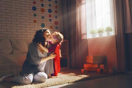 amante de la familia feliz. La madre y su niña niño jugando juntos.