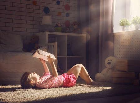 Cute little girl dziecko czytając książkę.