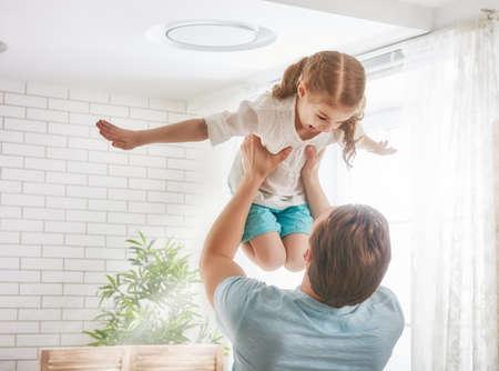 Szczęśliwa kochająca rodzina. Ojciec i jego córka dziecko dziewczynka grają razem. koncepcja dzień ojca.