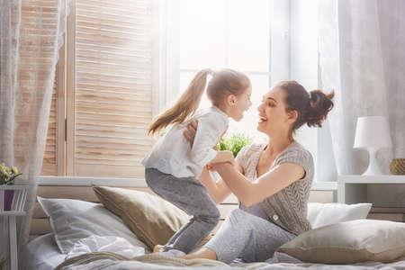 Szczęśliwa kochająca rodzina. Matka i córka dziecko dziewczynka odtwarzanie i przytulanie.
