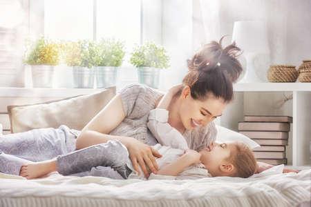 Bonne famille aimante. Mère et sa fille enfant fille jeu et étreindre.