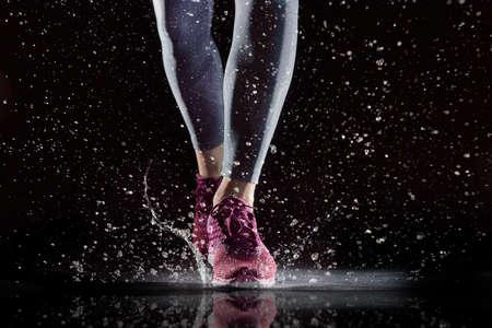 選手足のクローズ アップ。健康的なライフ スタイルとスポーツの概念。 写真素材