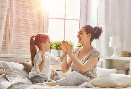Gelukkig liefdevolle familie. Moeder en haar dochter kind meisje samen spelen.