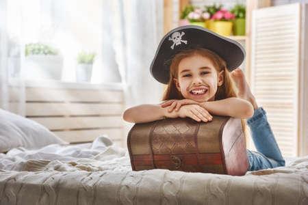 Leuk weinig kind meisje in een piraat kostuum. Mooi kind voorbereiding van een kostuum partij. Stockfoto