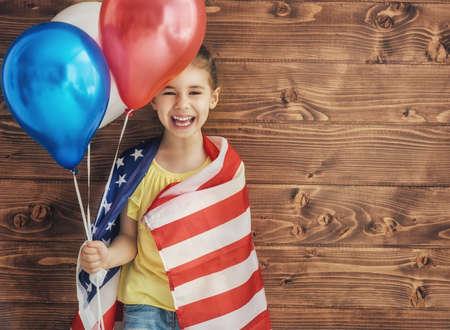 julio: Pattic vacaciones. niño feliz, niña linda niño con bandera de Estados Unidos. EE.UU. celebrar el 4 de julio.