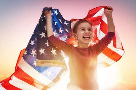 familias unidas: fiesta patriótica. niño feliz, niña linda niño con bandera de Estados Unidos. EE.UU. celebrar el 4 de julio.